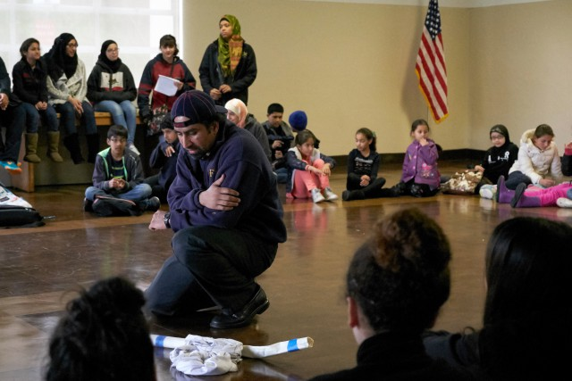 Principal+Kashif+Abdullah+leads+a+prayer+at+the+San+Francisco+Islamic+School+for+his+Sunday+students.++Photo+by+Taylor+Reyes.